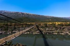 Złączony drewniany most nad Rzecznym wąwozem osadzającym w pięknym albanian krajobrazie, Albania fotografia stock