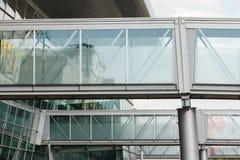 Złączony korytarz przy lotniskiem Kosmiczny i szklany błękit barwiący terminal zdjęcie stock