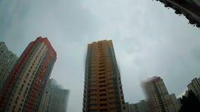 Zła deszcz pogoda w Kyiv mieście z drapacz chmur, raindrops kapie na kamerze zdjęcie wideo