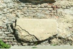 Zła podstawy baza na starym domu lub budynek pękająca tynk fasady ściana z ceglanym tłem zdjęcia royalty free