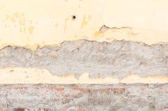 Zła podstawy baza na starym domu lub budynek pękająca tynk fasady ściana z ceglanym tłem obraz stock