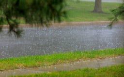 złej pogody deszczu kropla na mokrej asfaltowej drodze zdjęcia stock