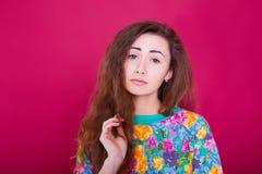 Złości i furii pojęcie Młoda ekspresyjna kobieta pokazuje jej złą twarz Gniewny nerwowy dokuczający dziewczyna portret na czerwon Obraz Royalty Free