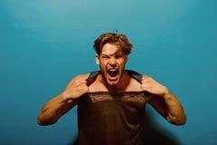 Złości pojęcie Agresywny mężczyzna krzyk z złością Facet łzy tshirt z złością Złość atak Jestem w ten sposób gniewny zdjęcie stock