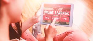 Złożony 3d wizerunek komputer wytwarzał wizerunek nauczanie online interfejs na ekranie Obrazy Royalty Free