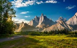 Złożony krajobraz z skalistymi szczytami przy zmierzchem Zdjęcia Royalty Free