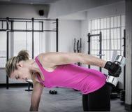 Złożony wizerunek ćwiczy z dumbbells mięśniowa kobieta Zdjęcie Stock