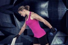 Złożony wizerunek ćwiczy z dumbbells mięśniowa kobieta Obraz Stock
