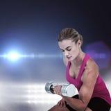 Złożony wizerunek ćwiczy z dumbbells mięśniowa kobieta Zdjęcia Royalty Free
