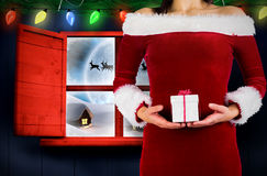 Złożony wizerunek ładna dziewczyna w Santa stroju mienia prezencie Zdjęcia Royalty Free