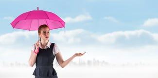 Złożony wizerunek ładny rudzielec bizneswomanu mienia parasol obrazy stock
