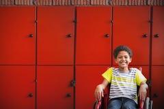 Złożony wizerunek śliczny niepełnosprawny uczeń ono uśmiecha się przy kamerą w sala zdjęcie royalty free