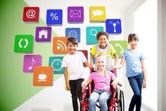Złożony wizerunek śliczny niepełnosprawny uczeń ono uśmiecha się przy kamerą z jej przyjaciółmi zdjęcia royalty free