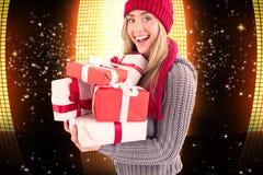 Złożony wizerunek świąteczny blondynki mienia stos prezenty Zdjęcia Royalty Free