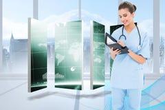 Złożony wizerunek atrakcyjna brown z włosami pielęgniarka w błękicie szoruje wypełniać agendę Zdjęcia Stock