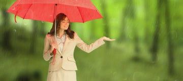 Złożony wizerunek atrakcyjny bizneswomanu mienia czerwieni parasol Zdjęcia Stock