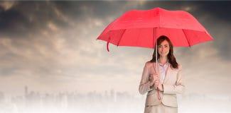 Złożony wizerunek atrakcyjny bizneswomanu mienia czerwieni parasol Obrazy Stock