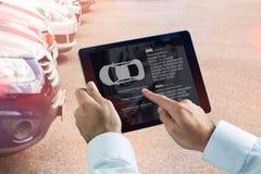 Złożony wizerunek biznesmen używa cyfrową pastylkę obok smartphone Zdjęcia Stock