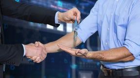 Złożony wizerunek biznesmena chwiania ręki i dawać klucze Obrazy Royalty Free
