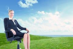 Złożony wizerunek bizneswomanu obsiadanie na swivel krześle w czarnym kostiumu Zdjęcia Royalty Free