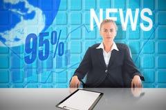 Złożony wizerunek bizneswomanu obsiadanie na swivel krześle w czarnym kostiumu Obraz Stock