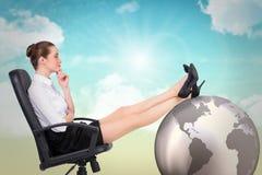 Złożony wizerunek bizneswomanu obsiadanie na swivel krześle z ciekami up Fotografia Stock