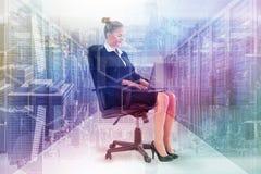 Złożony wizerunek bizneswomanu obsiadanie na swivel krześle z laptopem Fotografia Royalty Free