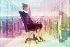 Złożony wizerunek bizneswomanu obsiadanie na swivel krześle z laptopem Obraz Stock