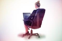 Złożony wizerunek bizneswomanu obsiadanie na swivel krześle z laptopem Fotografia Stock