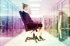 Złożony wizerunek bizneswomanu obsiadanie na swivel krześle z laptopem Obraz Royalty Free