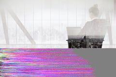 Złożony wizerunek bizneswomanu obsiadanie na swivel krześle z laptopem Obrazy Stock