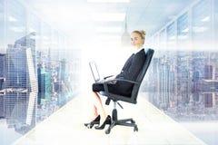 Złożony wizerunek bizneswomanu obsiadanie na swivel krześle z laptopem Obrazy Royalty Free