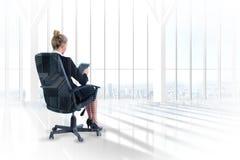 Złożony wizerunek bizneswomanu obsiadanie na swivel krześle z pastylką Fotografia Stock