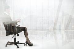 Złożony wizerunek bizneswomanu obsiadanie na swivel krześle z pastylką Obrazy Stock