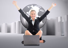 Złożony wizerunek bizneswomanu obsiadanie przed laptopem z rękami up Obraz Stock