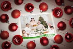 Złożony wizerunek bożych narodzeń baubles na stole Zdjęcie Royalty Free
