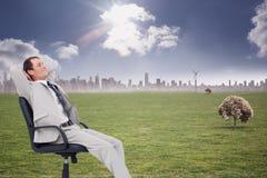 Złożony wizerunek boczny widok oparty w jego krześle biznesmen z powrotem Zdjęcie Royalty Free