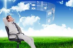 Złożony wizerunek boczny widok oparty w jego krześle biznesmen z powrotem Fotografia Stock