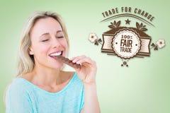 Złożony wizerunek cieszy się baru czekolada i je ładna blondynka Zdjęcia Royalty Free