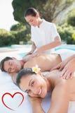 Złożony wizerunek cieszy się pary atrakcyjna para masuje poolside Obrazy Royalty Free