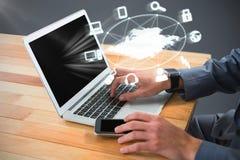 Złożony wizerunek cropped wizerunek biznesmen używa laptop Obrazy Stock