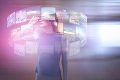 Złożony wizerunek doświadcza rzeczywistości wirtualnej słuchawki kobieta Fotografia Stock