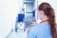 Złożony wizerunek doktorski patrzeje xray na pastylce Zdjęcia Stock