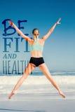 Złożony wizerunek dysponowany kobiety doskakiwanie na plaży z rękami out fotografia royalty free