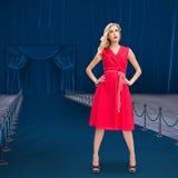 Złożony wizerunek eleganckie blondynki pozyci ręki na biodrach Obrazy Royalty Free