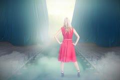 Złożony wizerunek eleganckie blondynki pozyci ręki na biodrach Zdjęcia Stock