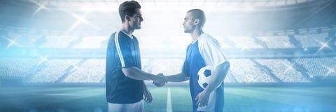Złożony wizerunek gracze futbolu trząść ręki fotografia royalty free