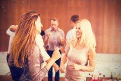 Złożony wizerunek grupa młody przyjaciół tanczyć obraz stock