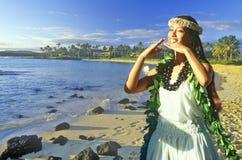 Złożony wizerunek Hawajski rodzimy tancerz i linia brzegowa w Hawaje Zdjęcia Stock