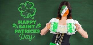 Złożony wizerunek irlandzka dziewczyna z piwem zdjęcia royalty free